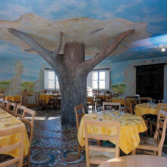 albero nella sala pranzo