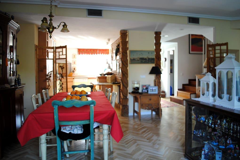 Vista desde el comedor hacia cocina y acceso a planta superior