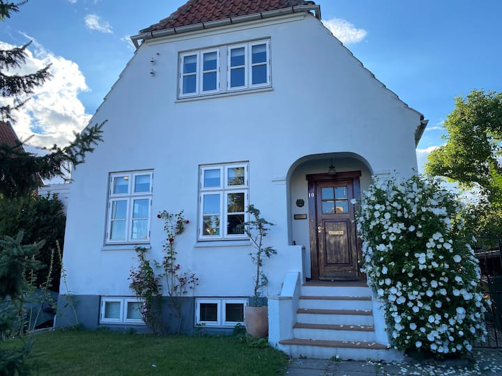 Room w. private entrance & toilet. 25min to CPH.