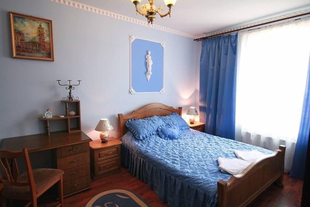 Large bedroom. Просторная спальня.
