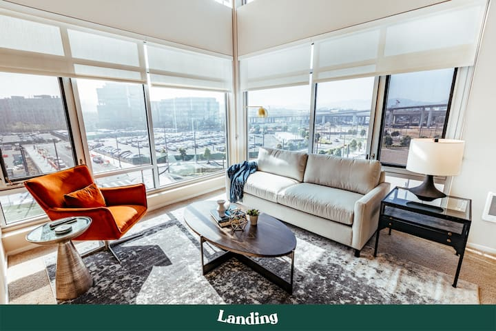 Landing | Stylish Luxury Apartment in Mission Bay