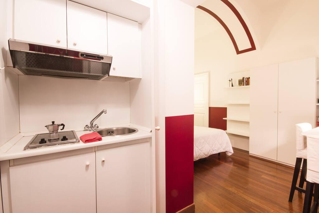 Monolocale apartement: the kitchenette.