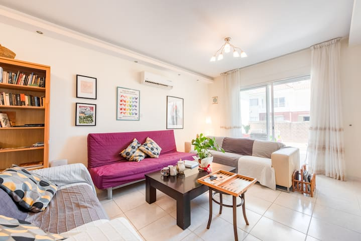Charming, bright, roof top flat close to the sea