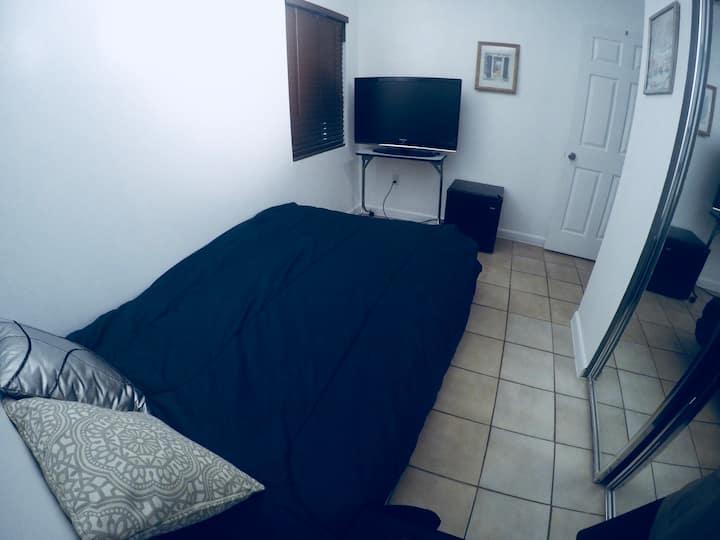 Private Room/ shared bathroom/Near Airport /Beach!