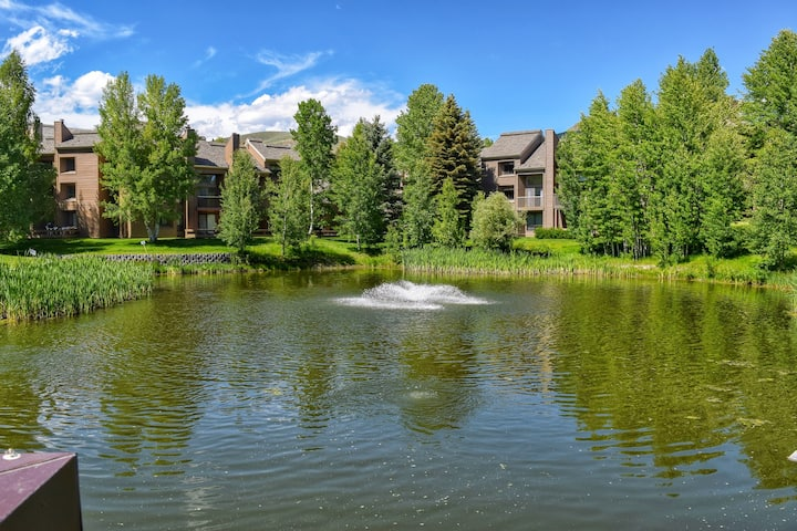 Bright condo w/access to shared (seasonal) pool, hot tub, golf and more!