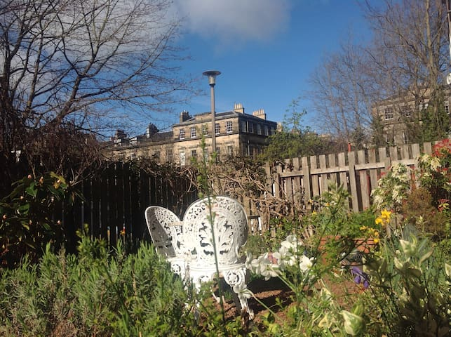 Colourful Stockbridge flat with garden, sleeps 2-4 - Edinburgh - Apartment
