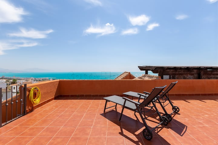 Amazing penthouse 2 bedroom with sea views, pool, huge and sunny roof terrace, Wi-Fi