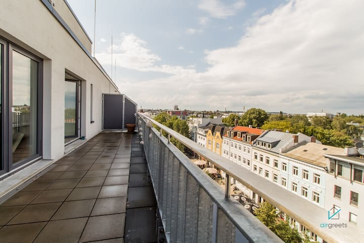 LIGHT-FILLED APARTMENT WITH LARGE ROOF TERRACE