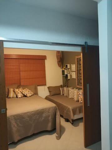 Quarto do 2º andar(cama de casal mais uma de solteiro) Esse ambiente conta com ventilador de teto mais um ventilador de chão.