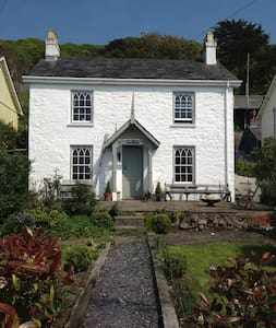 Estuary facing 1850's cottage, 1 min from beach - Ferryside - House