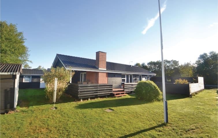 Holiday cottage with 3 bedrooms on 105 m² in Grenaa