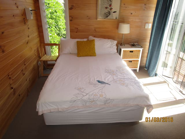 Small cabin Islington with lap pool,aircon