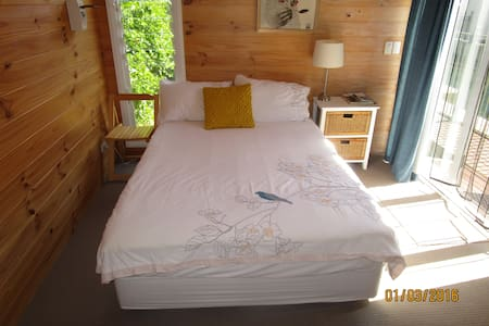 Small private cabin Islington with lap pool,aircon