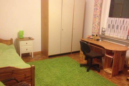 Großes Zimmer in Haus mit Garten - Bremen