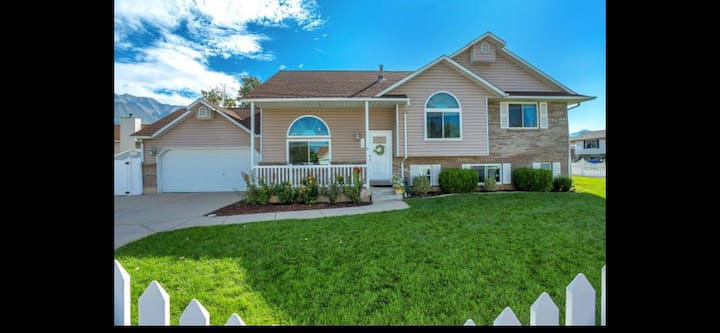 Complete 2000+ sqft smart home 2min from freeway.