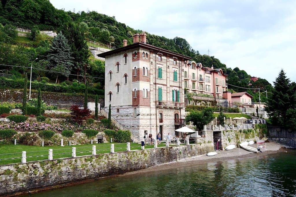 Villa, spiaggia e giardino da lago
