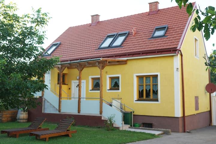 Wien,  Haus + Garten (7 Betten) pro Tag  ab 89 €