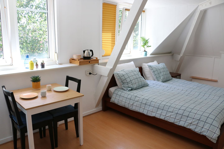 Een zonnige, ruime kamer van alle gemakken voorzien.