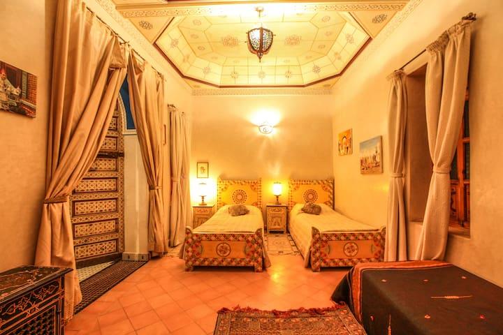 Belle chambre 4 lits riad Puchka marakech piscine