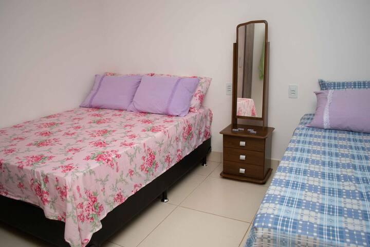 Quarto 2 - Uma cama de casal + uma cama de solteiro
