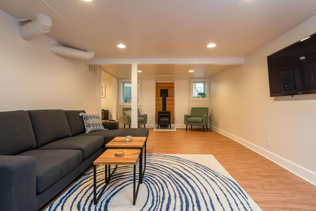 Comfy open floor plan with smart TV and free Netflix streaming.