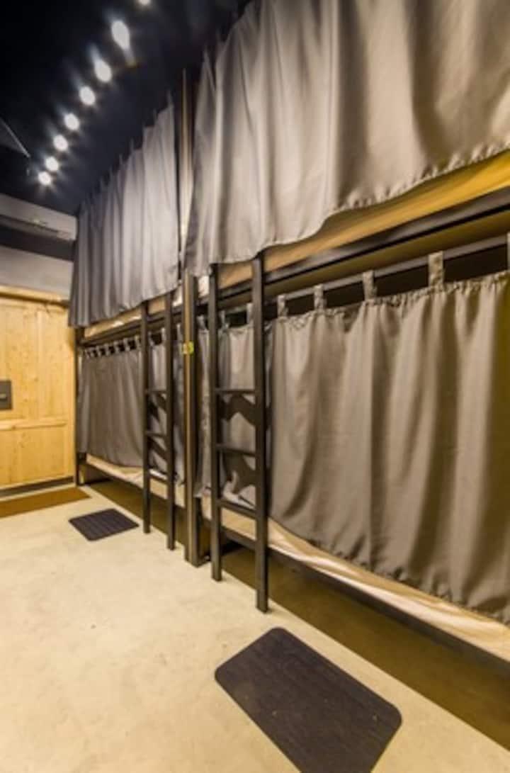 Кровать в женском 6-ти местном номере