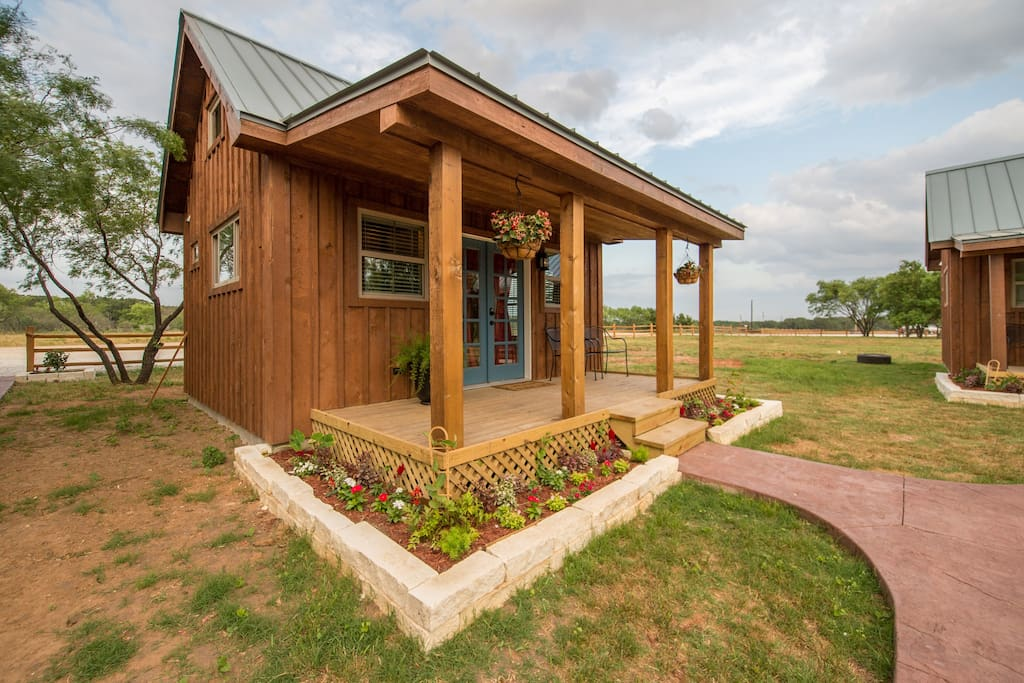 country tiny house 10min to silos at magnolia 4