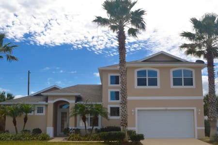 Large beachside retreat for large families & more - Ormond Beach