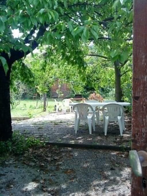 Entrée jardin privatif, ombragé l'été, coin repas, barbecue.