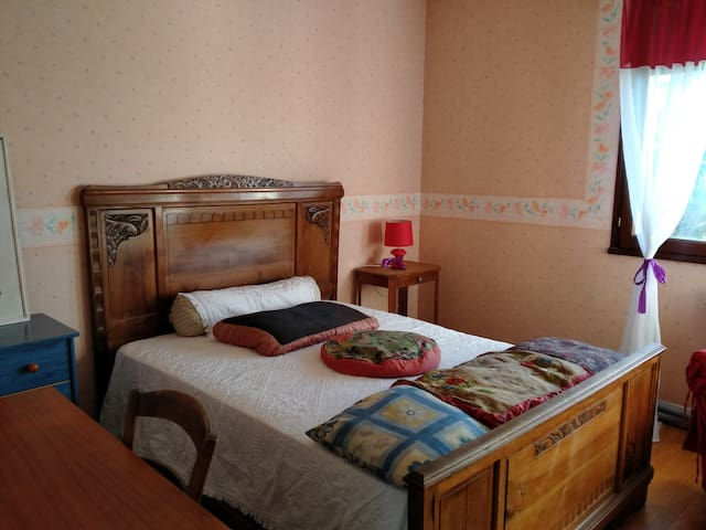 a bedroom to hire between country and city