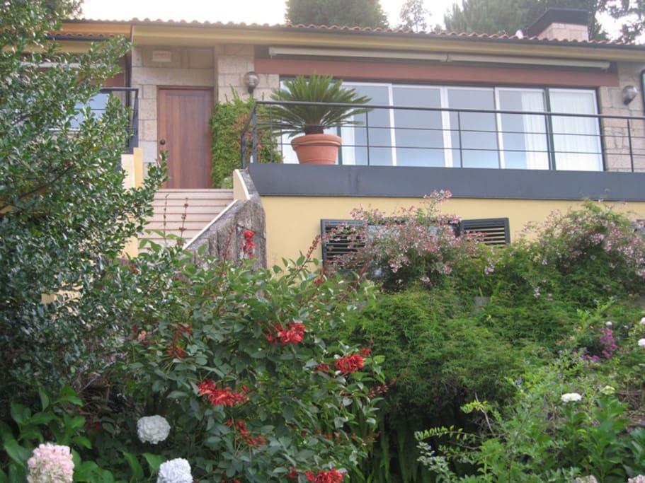 Vista da frente e jardim (front view and garden)