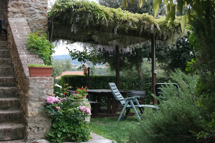 "independent stone farmhouse "" La Pinetina"" 6 beds - Valpiana - Hus"