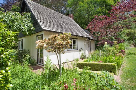 Edna Walling Cottage (Heritage)  - Bed & Breakfast