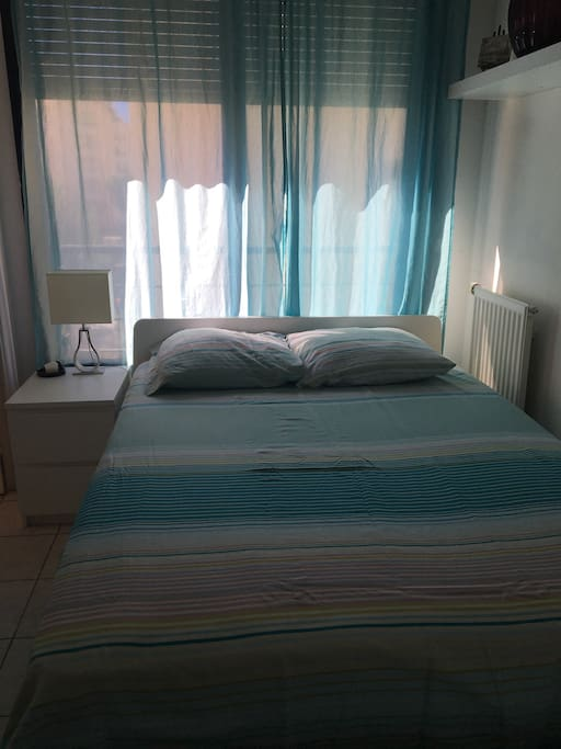 Chambre lumineuse avec grand lit 2 places