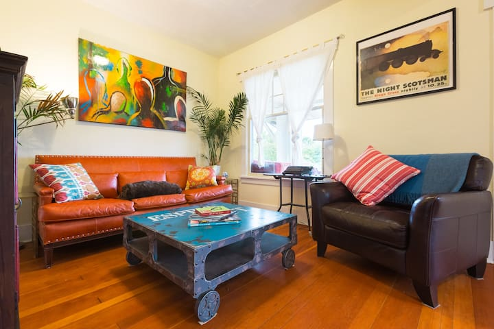 On light rail! Stylish home 5min to downtown