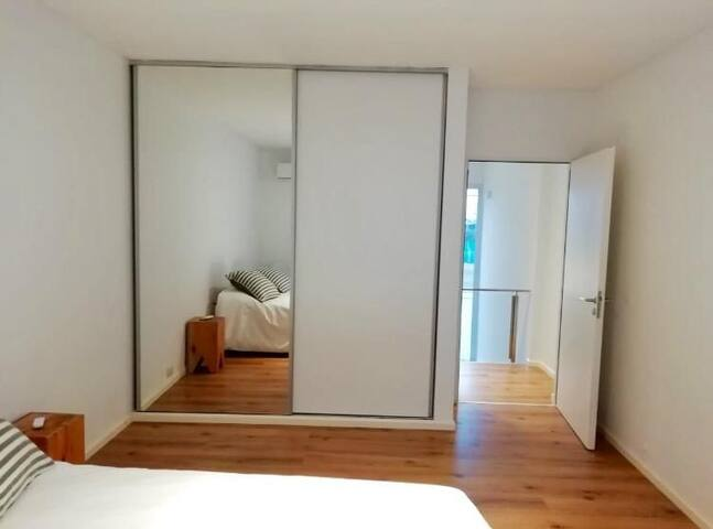 Amplia habitación con placares completo. Medidas aprox de dormitorio 4,5 x 4 m