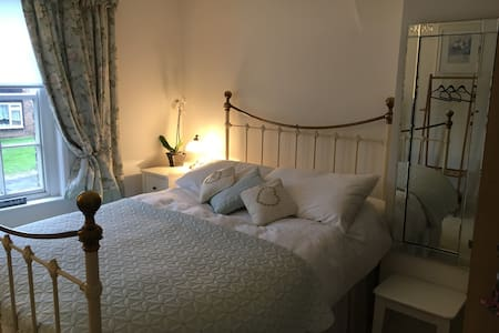 Double room in Pretty Flint Cottage - Bed & Breakfast