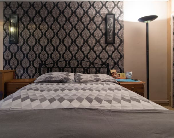 Comfortable double bed in city centre ..