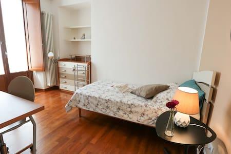Deliziosa camera per viaggiatrici  in centro città - Apartment