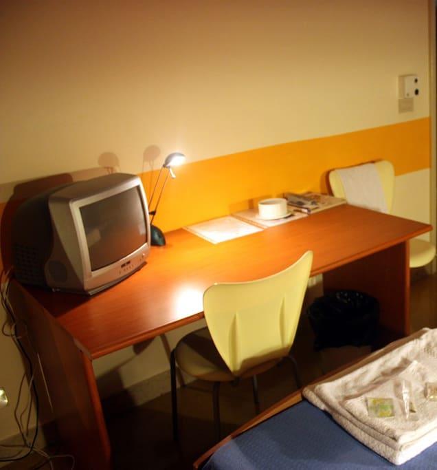 Scrivania con TV e presa di rete oltre il wi-fi