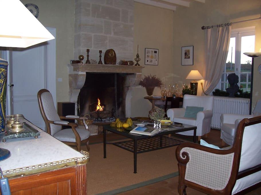 Salon avec cheminée réservé aux hôtes séjournant à peyraguey maison rouge