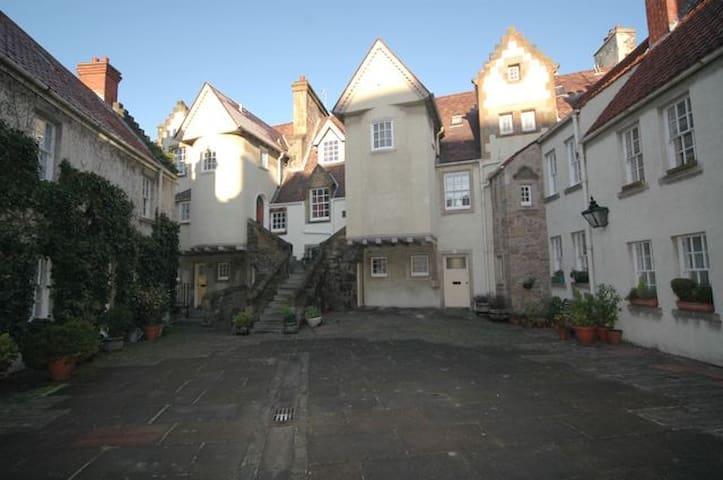 Royal Mile- lovely 1600's Close