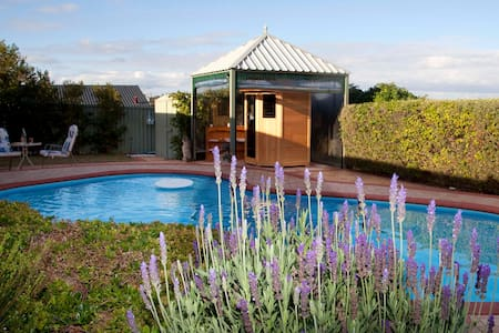 Room for two Close to Perth's Beaches! Shops, etc. - Beldon