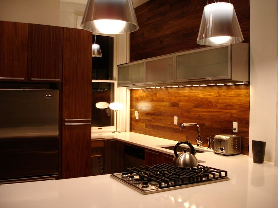 Kitchen - Perfectly set up for eating and cooking.