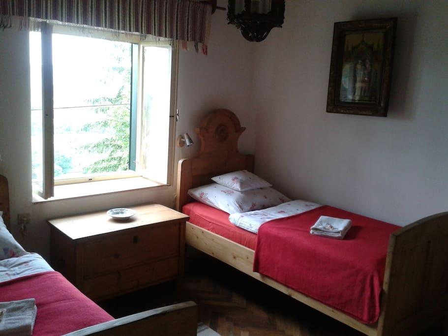 A nagyobb szoba kettő ággyal