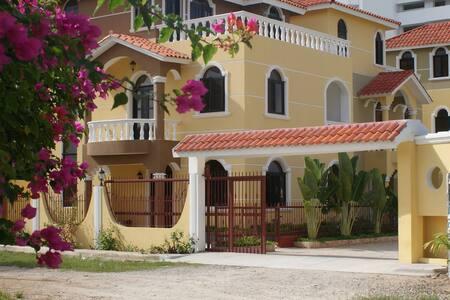 A colorful villa by the beach #1 of 3 villas - Juan Dolio - Villa