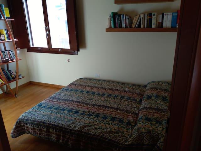 Terza camera con divano letto matrimoniale e un armadio