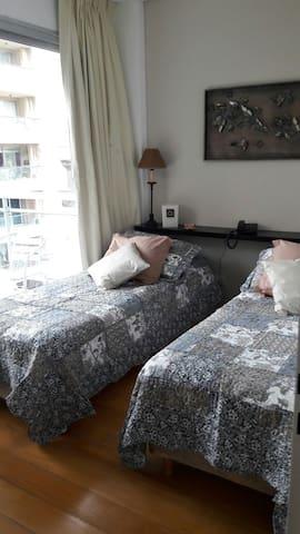 Dormitorio con camas separadas