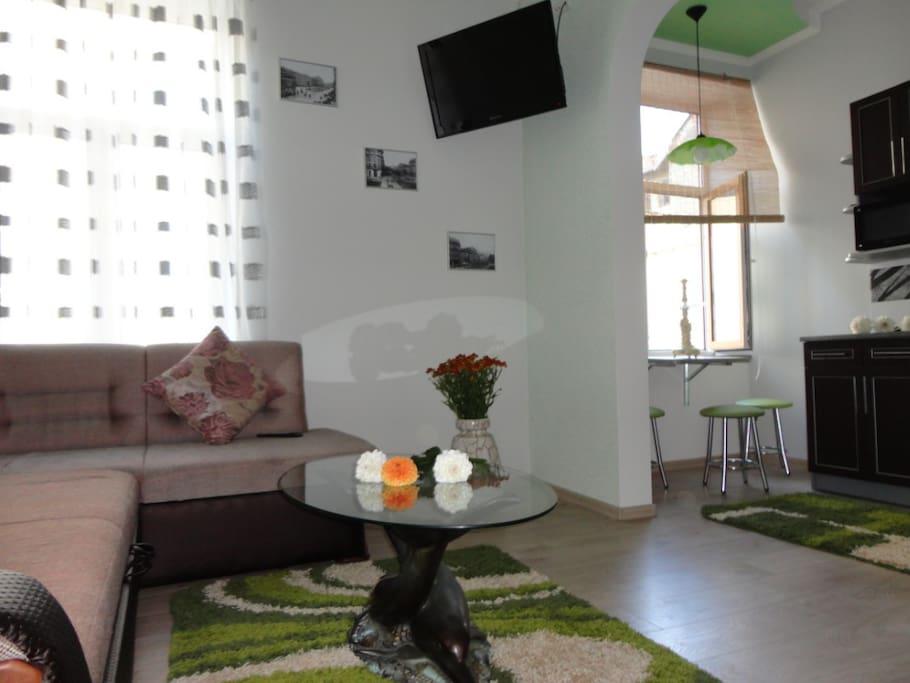 Bright living-room with comfortable sofa, table. Светлая гостиная с удобным диваном, столиком.