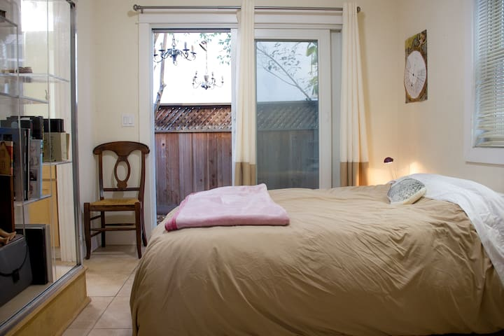 Small room in shared downtown house - private bath - Santa Cruz